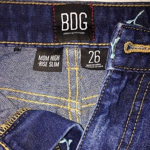 ✨BDG Mom Jean Slim – Buttercup Embroidered✨